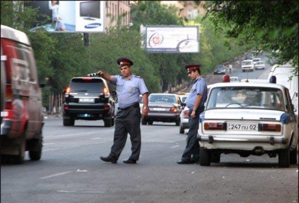 Неизвестный на джипе умышленно наехал на полицейского в Москве