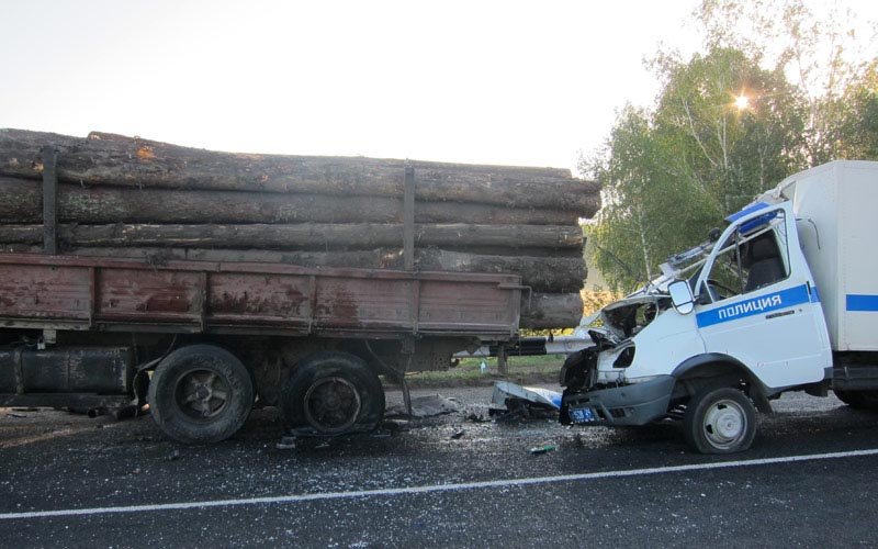 Полицейский погиб в результате столкновения автозака с лесовозом в Шушенском